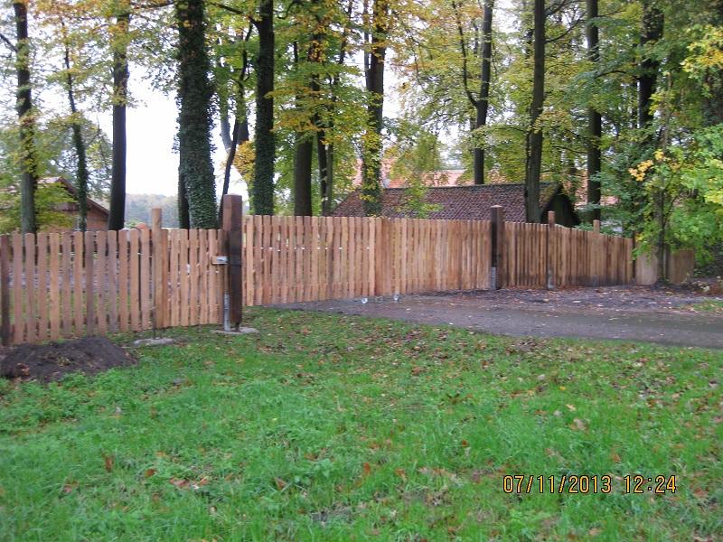 Zaun am Geländeeingang mit einer Tür und einem Tor